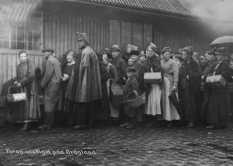 Dyrtid, matvaremangel og bolignød gjorde at en stor del av arbeiderklassen måtte søke fattigvesenet om hjelp i vanskelige tider. Kø utenfor Provianteringsrådets utsalg på Grønland i 1919.