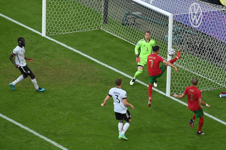 Portugals Cristiano Ronaldo er bokstavelig talt nær mot Tyskland. Foto: