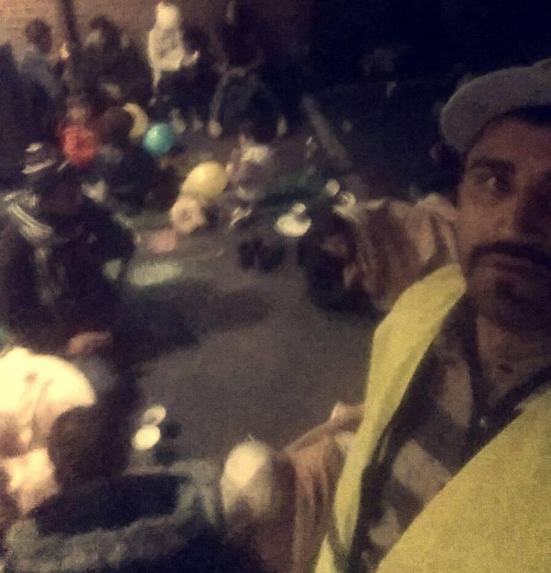 I Varmen: Noen asylsøkere har fått slippe inn i varmen i kotorlokalene til PU, andre blir sittende på asfalten utenfor i mørke og kulde i timevis. Andre blir gående og loke rundt i Oslo, fordi de ikke finner fram med kartet de har fått utdelt av politiet. FOTO: MOHSAN RAJA