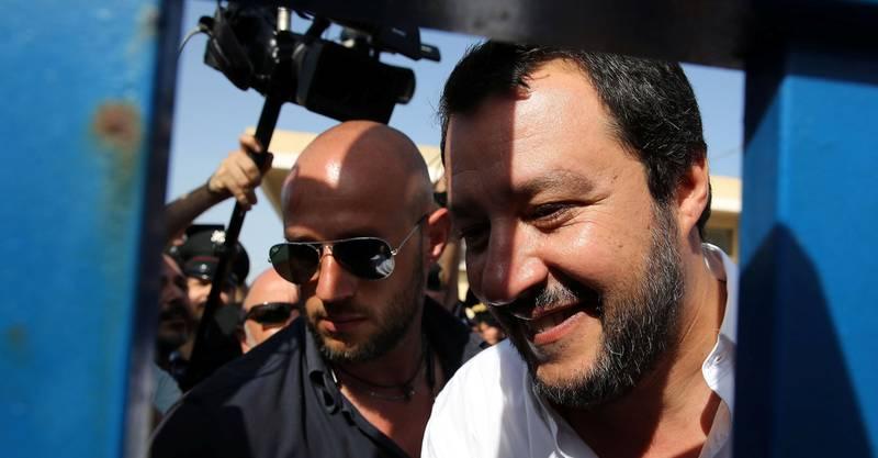 Italias nye innenriksminister Matteo Salvini lovet en hard innvandringspolitikk da han besøkte mottakssenteret for migranter på Sicilia søndag.