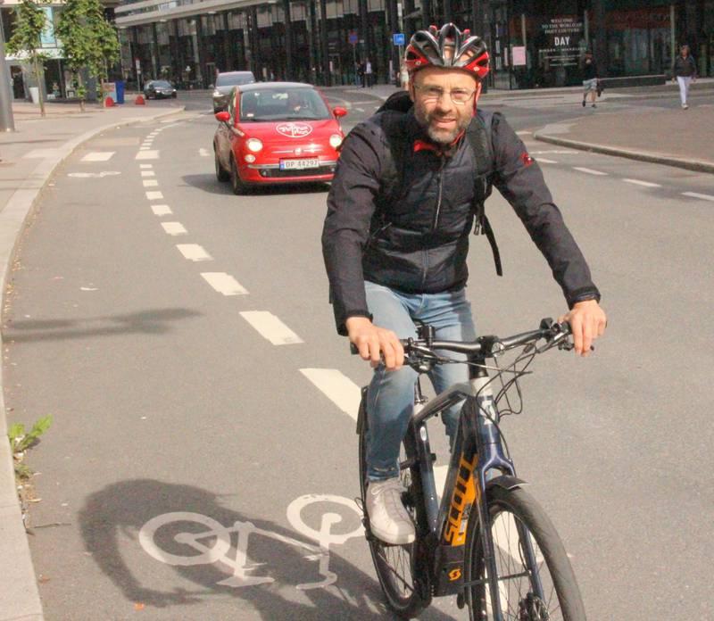 Verken svett eller forsinket. Overgangen fra bil til elsykkel har vært en vekker for Trond Evald Hansen.