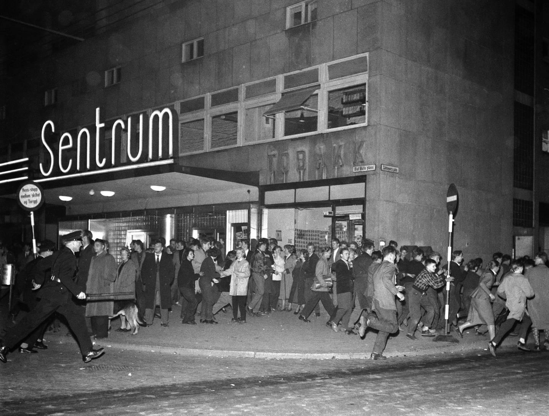 Politiet gikk til aksjon med køller mot folkemengden som var samlet utenfor Sentrum kino etter at filmen var over.