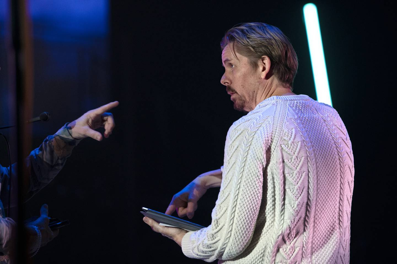 Regissør Tore Vagn Lid står for «03:08:38», som er en forestilling som følger 22. juli i sanntid, gjennom radioklipp, musikk, bilder og film. Den strømmes landet over i forbindelse med Heddadagene. Her er Tore Vagn Lid fotografert i forbindelse med oppsetningen «Tolvskillingsoperaen» ved Det norske teatret, en forestilling som så langt har vært hardt rammet av pandemien.