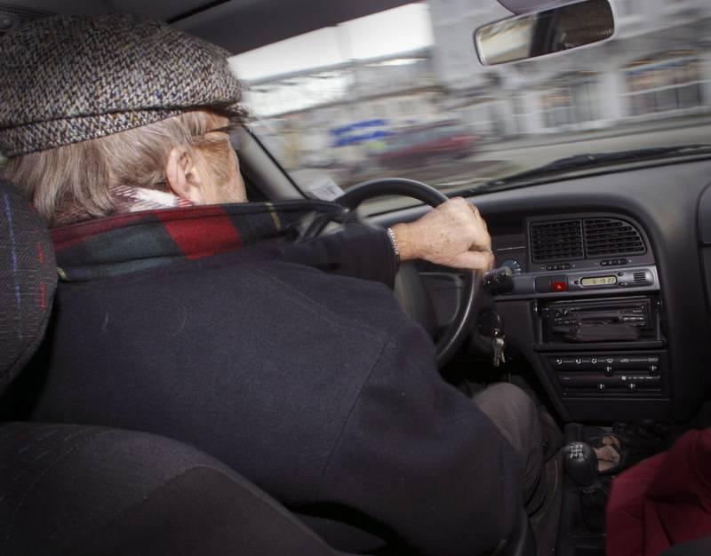 Eldre mann kjører bil. Bilkjøring. Fyllekjøring. Promille. Sjåfør. Bilulykker. Ulykker i trafikken. Farlige situasjoner. Dårlig syn. Uskarpt syn. Utforkjøring. Forbikjøring. Råkjøring. Holde fartsgrensen. Rundkjøring. Trafikkbilde. Alderdom. Levekår for eldre. Foto: NTB  - - MODEL RELEASED - MODELLKLARERT - -
