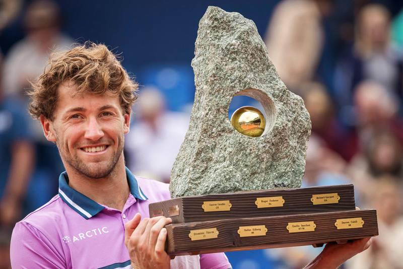 Casper Ruud løfter trofeet i Gstaad som vinner av sin andre ATP-turnering på rad, og sin fjerde totalt.