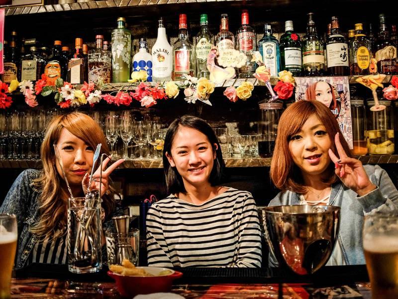 Det er lett å bli kjent med andre når du reiser alene, sier reiseblogger Renate Sandvik. Her er tre glade bartendere i utelivsstrøket Golden Gai i Tokyo.