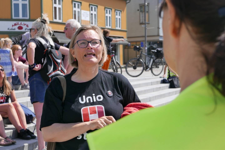 Nestleder Rita Standal i Unio Fredrikstad var ute blant de streikende ved gangbrua onsdag.