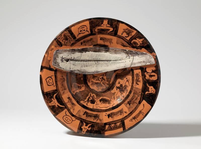 Her ser vi hvordan Picasso skapte kunst av det hverdagslige, i dette tilfellet et keramikkfat der avtrykket av fiskeskjelettet står i kontrast til de dramatiske tyrefektermotivene.