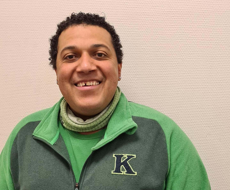 Låseansvarlig og alt mulig mann på Kiwi i Lierbyen, Cristobal Martinez (45) er nominert til årets konkurranse om å bli Norges hyggeligste kassadame eller kassamann