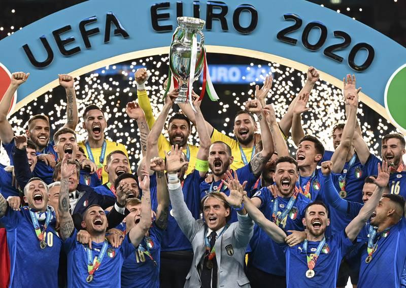 Italia jubler med EM-trofeet etter straffeseieren mot England på Wembley. Foto: Michael Regan, Pool via AP / NTB