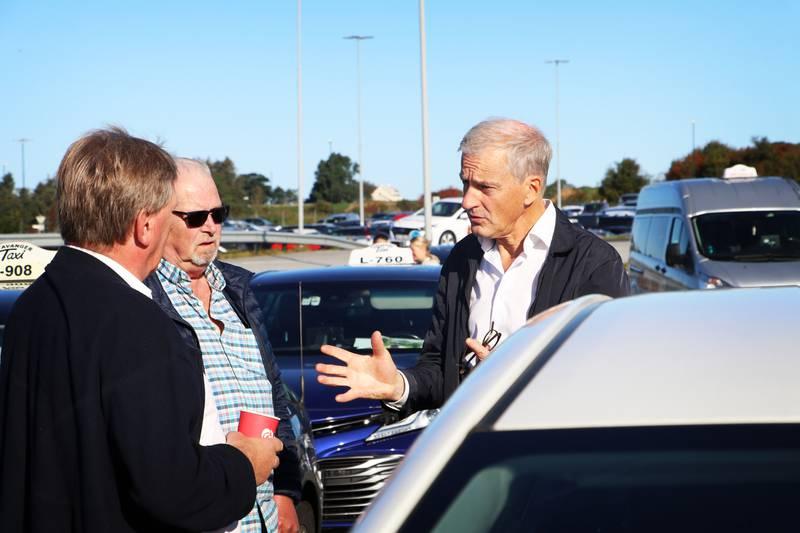 Leder i Arbeiderpartiet, Jonas Gahr Støre, møtte drosjesjåfører fra regionen på taxidepotet i Sola. Her sammen med taxisjåførene Torbjørn Goa (f.v.) og Bjørn Johnsen. Taxinæringen håper politikerne vil reversere den nye taxireformen så mye som mulig.
