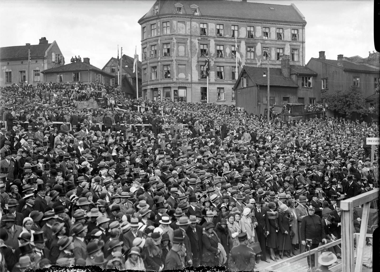 Menneskemengder samlet for å se Rådhusets grunnstein legges ned. 4. september 1931. I bakgrunnen ses Bakkegata og Vinkelgata. Dette er nå Rådhusplassen.