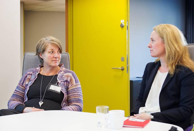Etter at hun skrev et brev til statsministeren om frustrasjonen i møte med Nav etter at datteren ble skutt på Utøya, ble Elin Sande Haga (t.v.) i går invitert til kontoret til arbeids- og sosialminister Anniken Hauglie. Der fikk hun luftet sin frustrasjon i møte med byråkratiet. Hauglie beklaget, og lovet å ta det opp med Nav-direktøren.