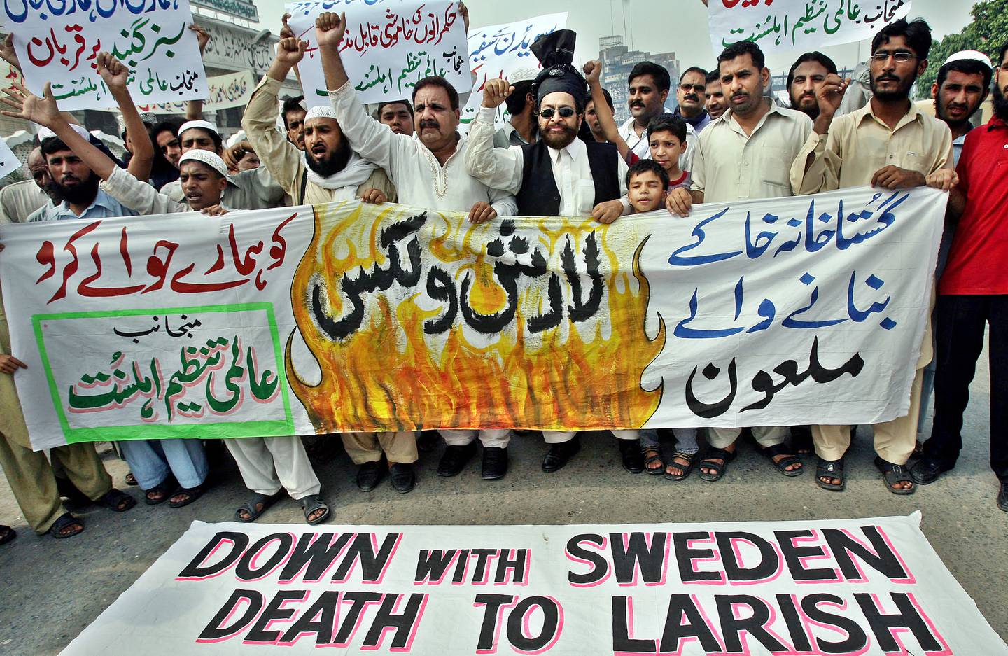 (FILES) In this archive photo taken on August 31, 2007, Pakistani protesters shouted anti-Swedish slogans during a protest in Lahore.  - The Swedish cartoonist Lars Vilks, who lived under police protection after his portrayal of the Prophet Mohammed in 2007 caused death threats, died on October 3, 2021 in a car accident.  (Photo by Arif Ali / AFP)