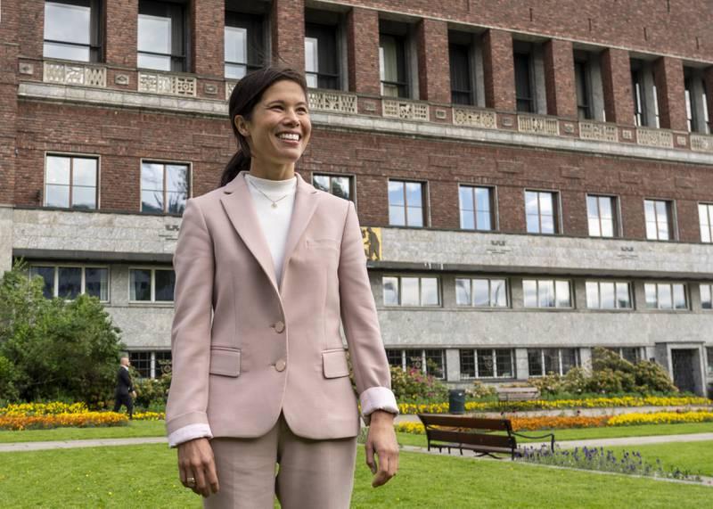 Byråd for miljø og samferdsel Lan Marie Nguyen Berg forlater Oslo rådhus onsdag etter at det ble klart at byrådet går av som følge av mistillitsforslaget henne.