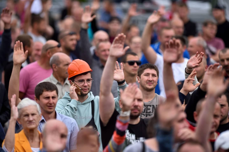 Gruvearbeiderne ved Belaruskali under en demonstrasjon etter valget i august i fjor.