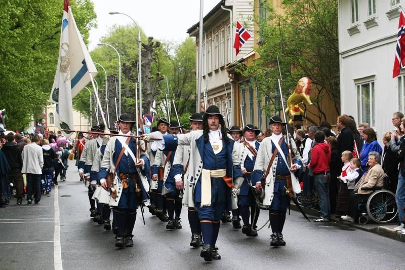 Det blåser rundt formann Tor Ulsnæs og  tambourafdeling af 1704.