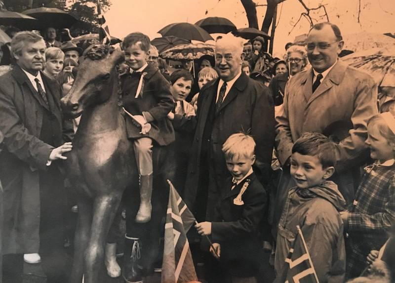 Ellevill glede for en hel bydel. Peter Y. Berg (t.h) ga åtte bronseskulpturer som gave til kommune. Her står han sammen med ordfører Hagbart Kylland (i midten) og kunstner Ørnulf Bast (t.v.). Bildet er tatt under avduking av «Folen», 17. mai 1971. Foto utlånt av P.Y. Berg