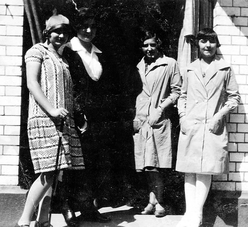 storesøstrene: Krysset Torggata/Markveien, 1926. Fanny og Dora Jelaawitz lengst til høyre. Begge søstrene hadde gått handelsskole og arbeidet som ekspeditriser.