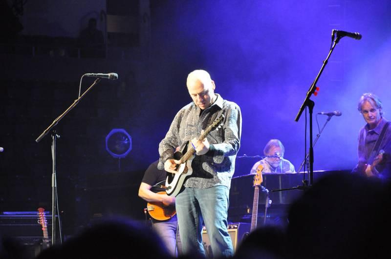 Konsentrert gitarspilling fra mesteren selv.