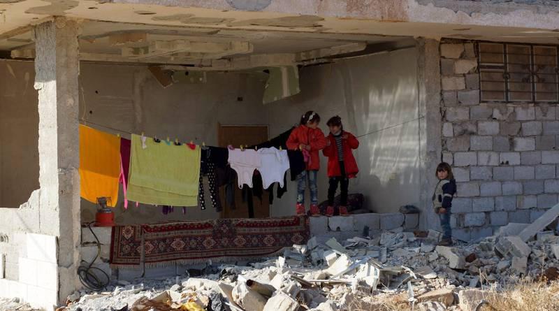 I flere år har krigen herjet Syria der millioner av mennesker har gjennomgått store lidelser. Men Jan Egeland i Flyktninghjelpen håper 2016 kan bli et vendepunkt og gi nytt håp for bl.a. disse barna i Naemeh øst for Deraa. FOTO: ALAA AL-FAQIR/REUTERS/NTB SCANPIX
