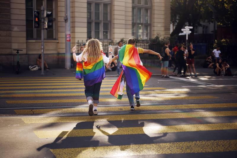 Sveits stemmer søndag over om landet skal innføre likekjønnet ekteskap. Her fra Pride-paraden i Zürich i starten av september. Arkivfoto: Michael Buholzer / Keystone via AP / NTB