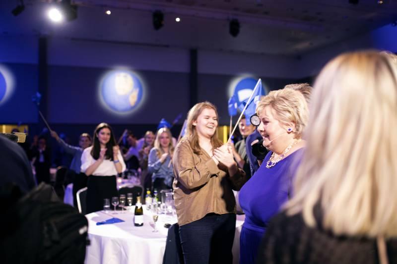 ERNA SOLBERG HYLLES AV PARTIET PÅ VEI INN TIL Å HOLDE SIN TALE PÅ VALGVAKEN