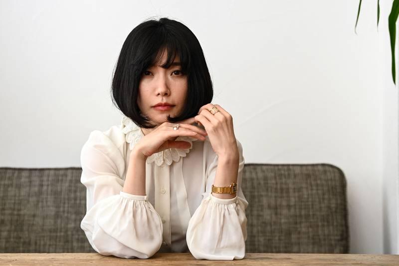 Mieko Kawakami er sanger, låtskriver, poet og forfatter. Hun fikk et internasjonalt gjennombrudd med «Pupper og egg» fra 2008 (på norsk i 2013). Hennes andre roman på norsk, «Heaven», tar for seg mobbing.