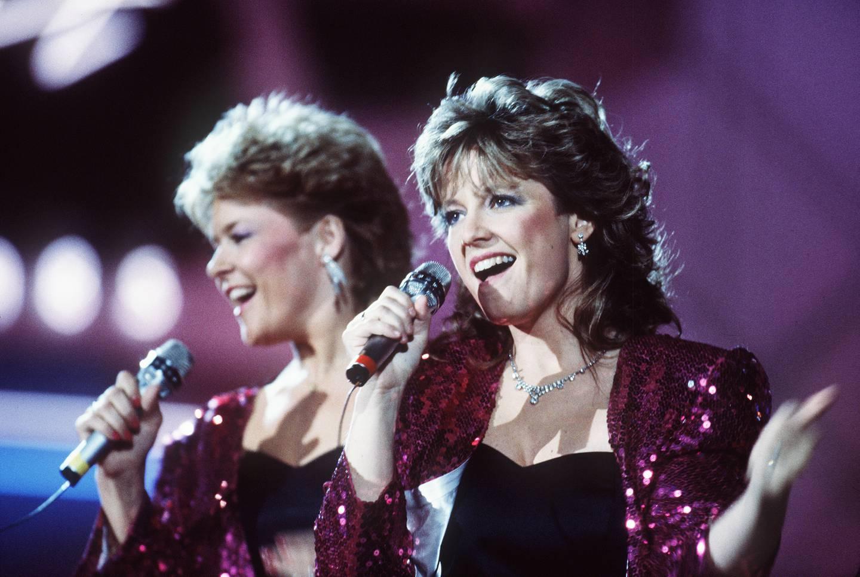 Melodi Grand Prix  i 1985, under den Internasjonal finalen. Bobbysocks i aksjon på scenen, Hanne Krogh (t.h.) og Elisabeth Andreassen.