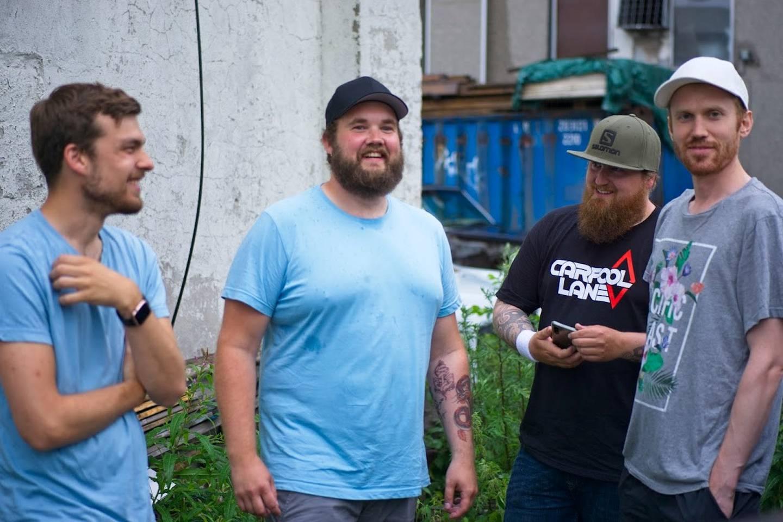 Bandet Carpool Lane oppstilt utenfor øvingslokalet.