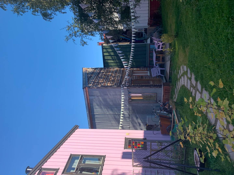 Selvbygget felleshus og Svartlamon-stemning.