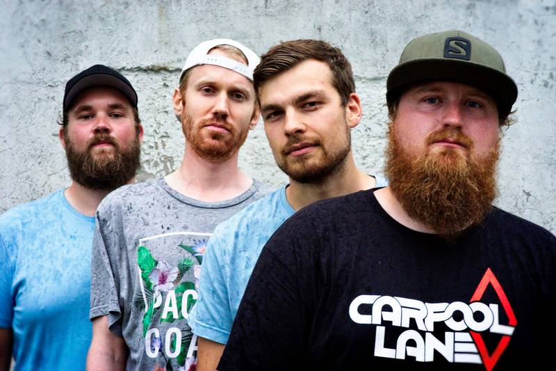 Bandet Carpool Lane foran murvegg