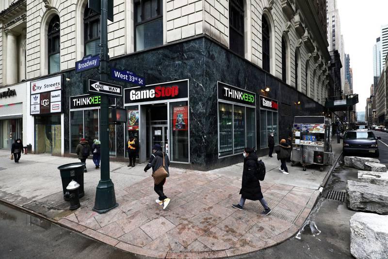 Dataspillbutikker, gammeldagse mobiler og andre nittitallsfavoritter har alle fått et løft på børsen de siste par ukene, som følge av en kampanje på nettforumet Reddit. Denne GameStop-butikken ligger på Manhattan i New York City. Foto: Michael M. Santiago/Getty Images/AFP/NTB