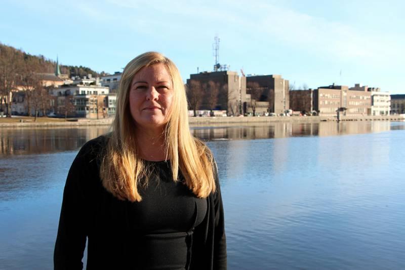 – Trist: Kari Bjørkås, leder ved namsmannskontoret i Drammen, synes det er trist å se hvordan stadig flere drammensere havner i økonomisk uføre på grunn av forbrukslån og kredittkort. FOTO. KENNETH LIA SOLBERG