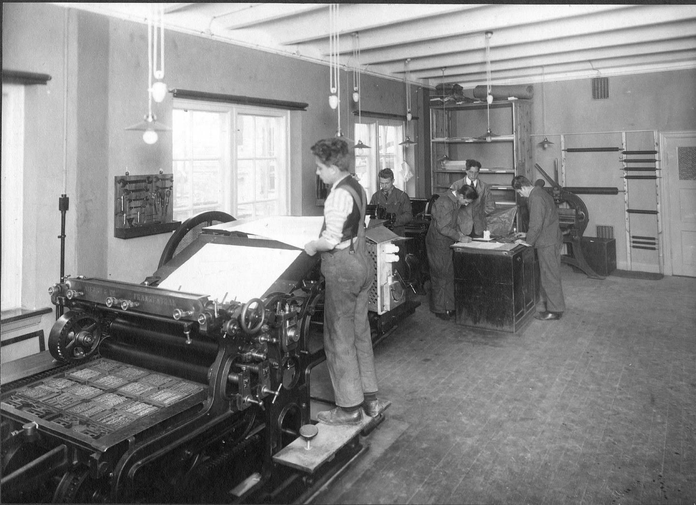 Når ei bokside eller spalte var ferdig satt i skiffet, ble den flytta over på et større brett for ombrekking, og så ble det tatt korrekturavtrykk av den ombrukne satsen. Foto fra 1925.