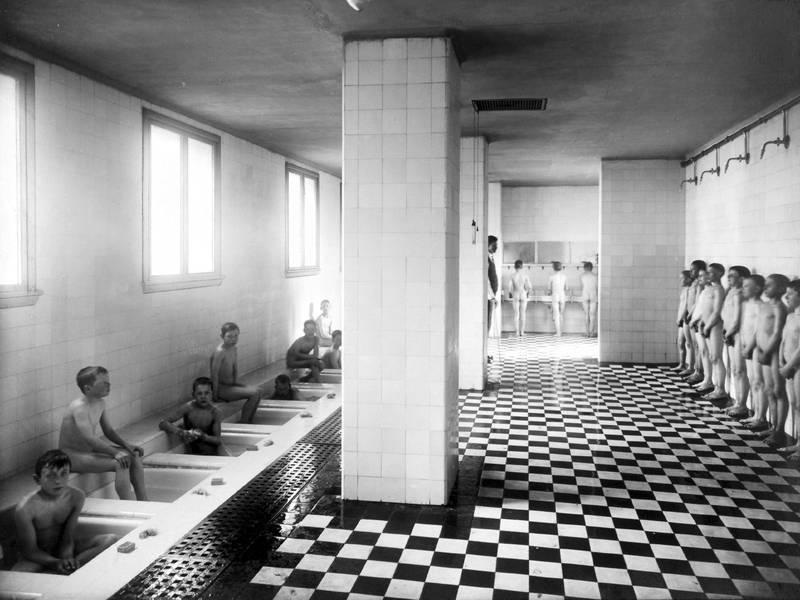 Bad ved Hersleb skole i 1922. For å bedre helsa blant barn ble det fra 1912 etablert bad med egne «badedamer» ved byens skoler. FOTO: UKJENT PERSON/OSLO BYARKIV