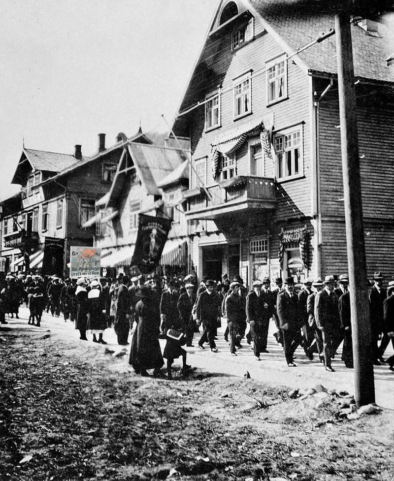 Revolusjonsfanen i 1. mai-toget på Rjukan 1920.