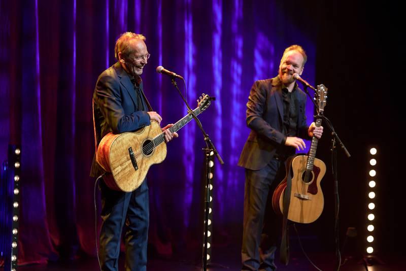 Ole Paus og Jon-Niklas Rønning morer både publikum og hverandre i sitt nye show på Latter.