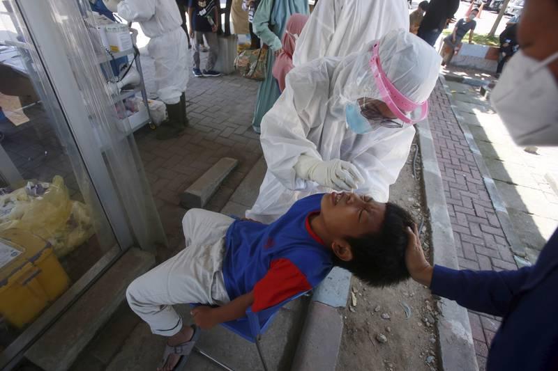 En ti år gammel gutt blir testet for koronaviruset i Medan, Nord Sumatra i Indonesia. Foto: Binsar Bakkara / AP / NTB