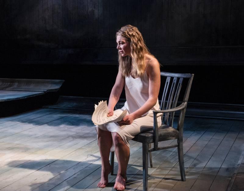 Marte Engebrigtsen briljerer i den tekstmessig krevende rollen som Anna i Fortrolige samtaler. FOTO: ERIK BERG