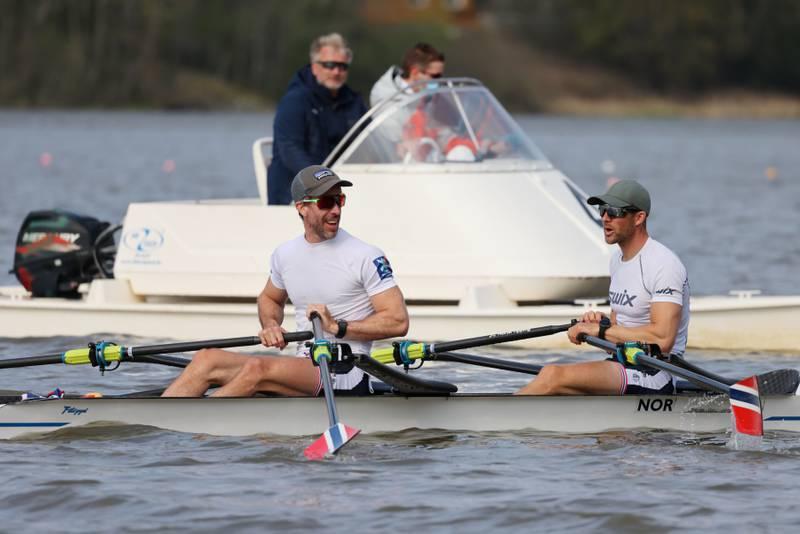 Are Strandli (t.v.) og Kristoffer Brun er på plass i Japan og forbereder seg til OL. I bakgrunnen er landslagssjef Johan Flodin. Foto: Ørn E. Borgen / NTB