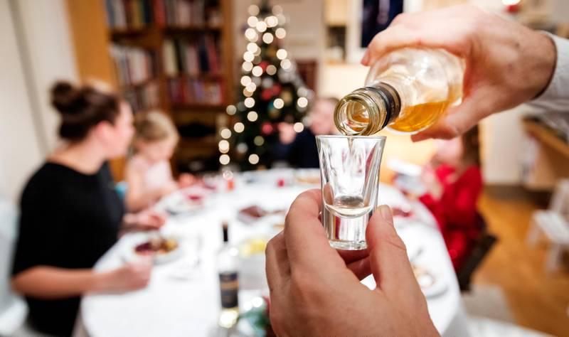 Oslo  20181110. Familie feirer jul. Mann drikker akevitt sammen med juleribba. Barn og voksne som spiser julemiddag sammen. Modellklarert. Foto: Gorm Kallestad / NTB