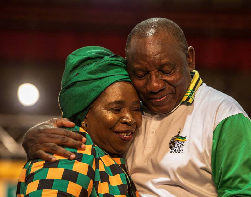 Ledelsen i ANC er delt mellom folk som støttet Nkosazana Dlamini-Zuma og Cyril Ramaphosa. Her gratulerer Dlamini-Zuma Ramaphosa etter at det ble klart at han vant.