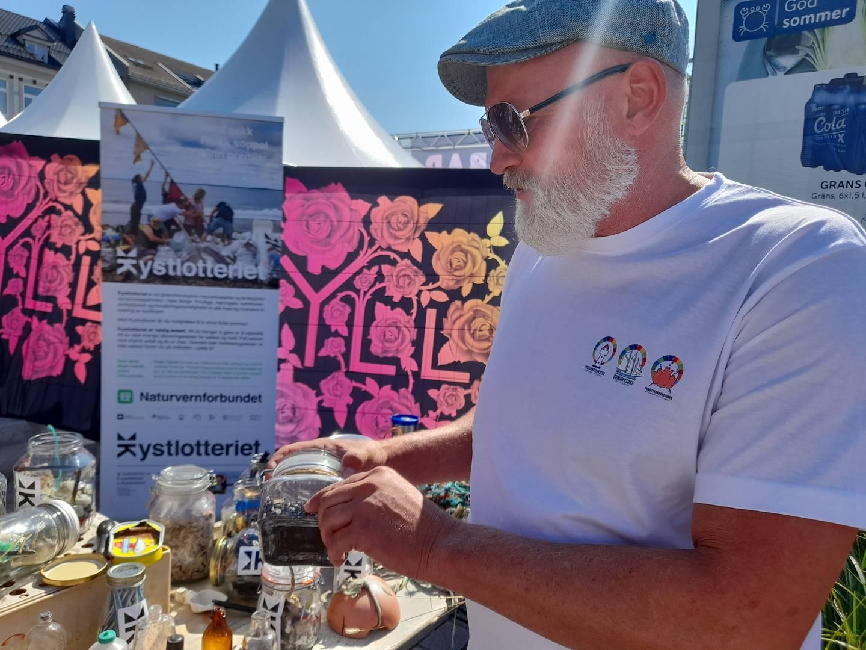Sten Helberg fra Miljøstiftelsen Elv og Hav viser frem plast som er over 20 år gammel.