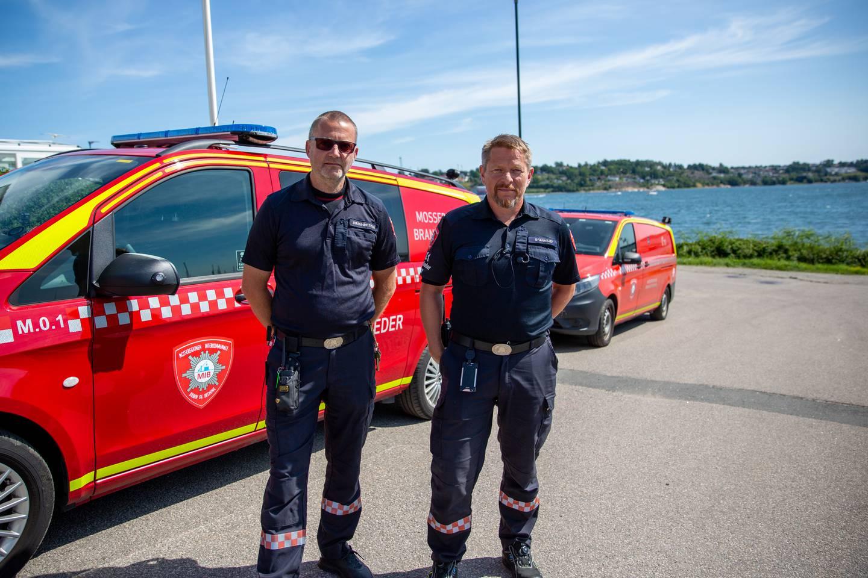 Brannsjef Rune Larsen (til høyre) frykter Arbeidstilsynets pålegg kan føre til at liv går tapt. Her med brannmester Tore Støkken.