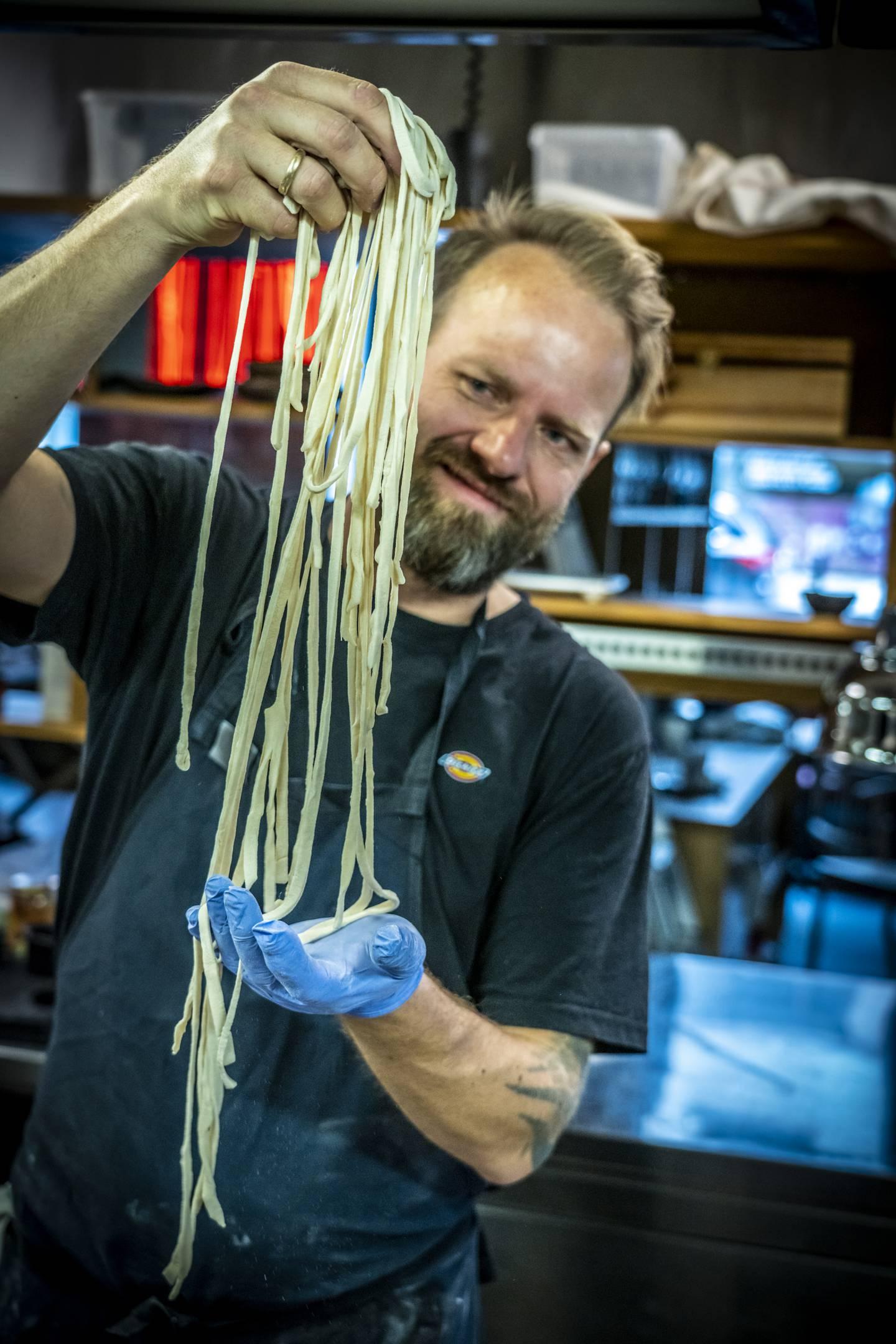 Å lage udon-nudler hjemme er ingen heksekunst. Kokk og matskribent Tom-Victor Gausdal viser fram lange nudler.