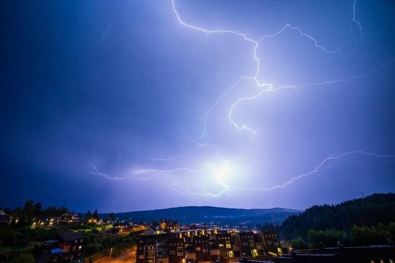 Meteorologisk institutt sender ut gult farevarsel for lyn på Sør- og Østlandet torsdag. Foto: Stian Lysberg Solum / NTB