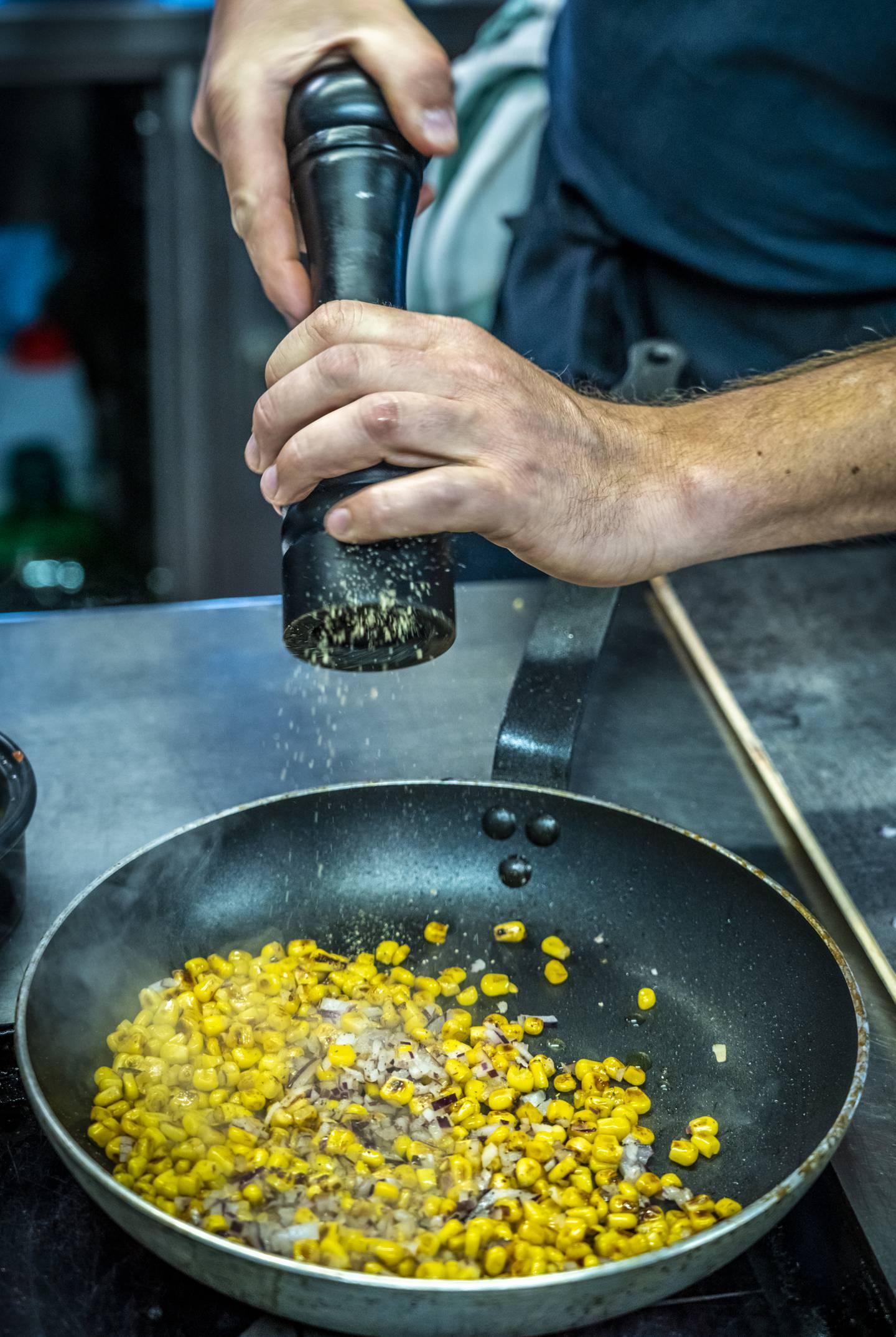 En enkel salsa lager du raskt av mais, rødløk og koriander.