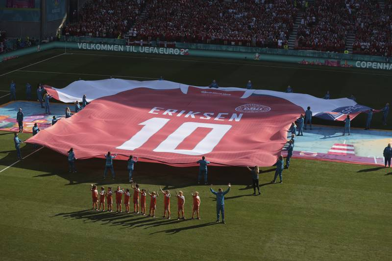 Slik ble Christian Eriksen hedret foran kampen mot Belgia. Foto: