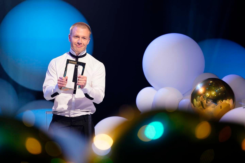 Gullruten 2021: Herman Flesvig får prisen for beste humorprogram for NRK-serien «Førstegangstjenesten»